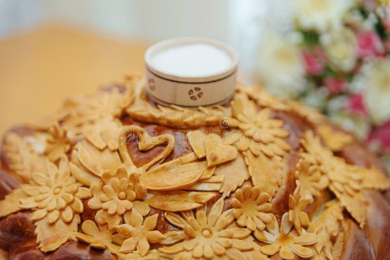 Traditioneel huwelijksbrood met het zout stock foto