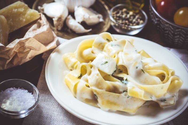 Traditioneel Italiaans Alfredo Pasta Plate met Romige Kaas en Basil Sauce royalty-vrije stock afbeeldingen