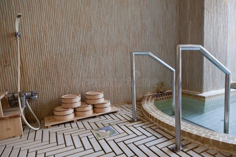 Traditioneel Japans bad in één of andere willekeurige Japanse toevlucht stock foto's