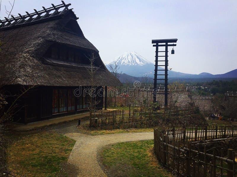 Traditioneel Japans dorp met MT fuji royalty-vrije stock afbeelding