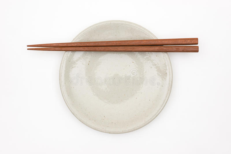 Traditioneel Japans houten eetstokje op witte ceramische plaat royalty-vrije stock foto