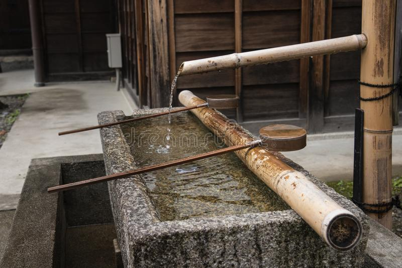 Traditioneel Japans waterbassin van Japanse tempel stock foto