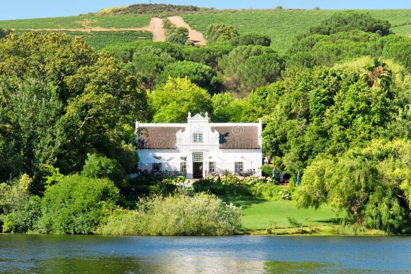 Traditioneel Kaap Nederlands huis en wijnlandgoed royalty-vrije stock afbeeldingen