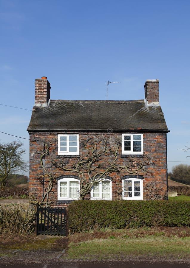 Traditioneel klein Engels plattelandshuisje royalty-vrije stock foto