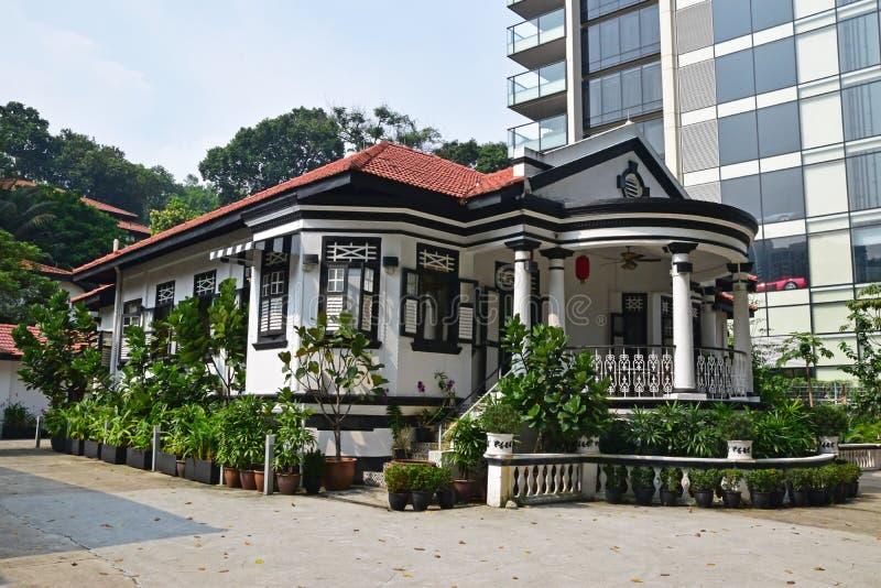 Traditioneel koloniaal huis Singapore naast de moderne highrise bouw royalty-vrije stock afbeelding