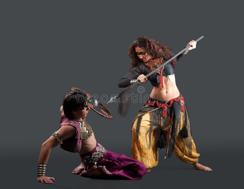 Traditioneel kostuum - rituele dans met wapen stock afbeeldingen