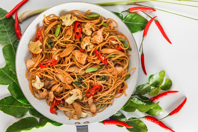Traditioneel kruidig Aziatisch keukenvoedsel: de wok beweegt gebraden gerechtspaghetti met gebraden kip royalty-vrije stock fotografie