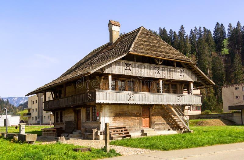 Traditioneel landbouwbedrijfhuis van het gebied van Bern stock afbeeldingen