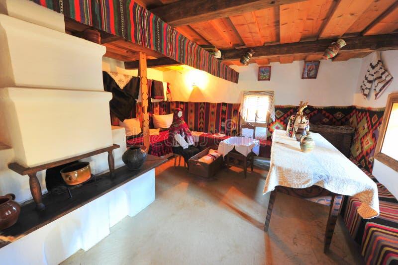 Traditioneel landelijk huisbinnenland van Bucovina stock fotografie