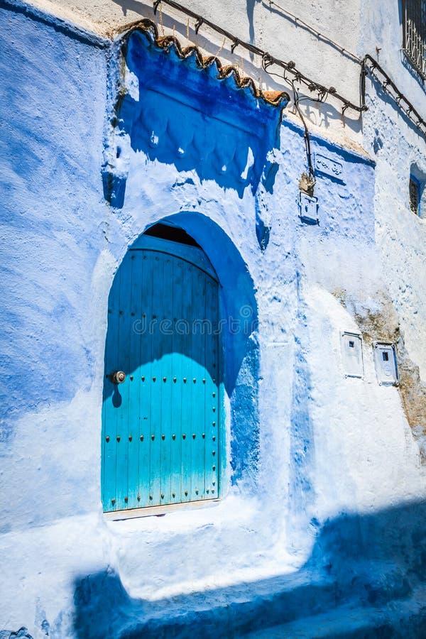 Traditioneel Marokkaans deurdetail in Chefchaouen, Marokko, Afrika royalty-vrije stock foto's