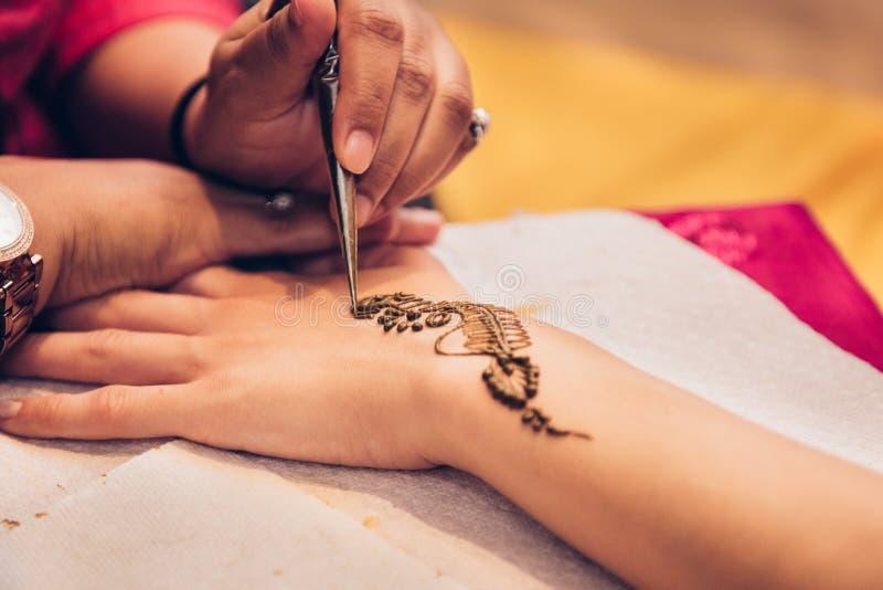 Traditioneel Mehndi-hennapatroon op vrouwelijke hand Grote details stock foto's