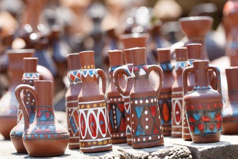 Traditioneel met de hand gemaakt aardewerk op vertoning bij straatmarkt in Tbilisi, Georgië stock foto