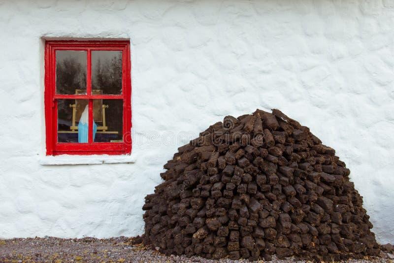 Traditioneel met stro bedekt plattelandshuisje kerry ierland stock foto
