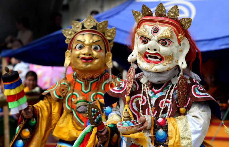 Traditioneel Mongools kostuum en masker stock foto