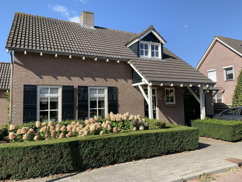 Traditioneel Nederlands baksteenhuis Nederland, Europees onroerend goed stock foto