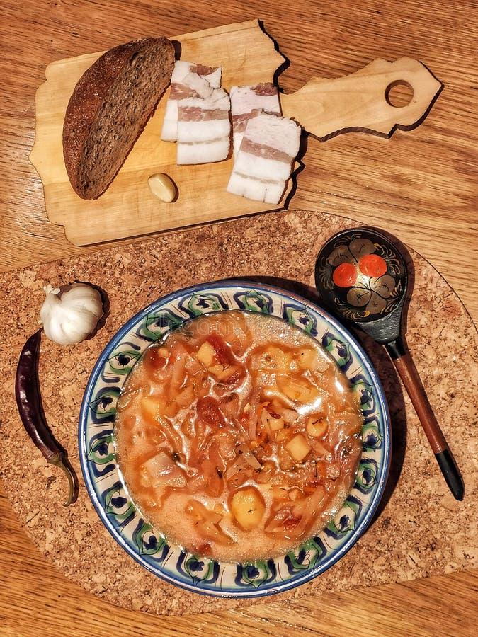 Traditioneel Oekraïens voedsel Borsch in nationaal, met de hand geschilderd bord Vlakke legering van levensmiddelen op houten taf royalty-vrije stock afbeeldingen