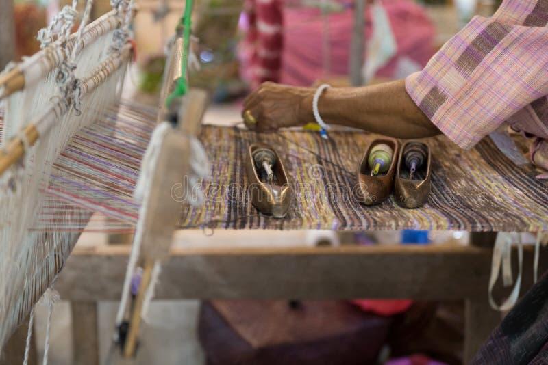 traditioneel om hand-wevend weefgetouw die worden gebruikt om doek te maken royalty-vrije stock foto's