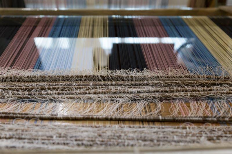 traditioneel om hand-wevend weefgetouw die worden gebruikt om doek te maken stock foto