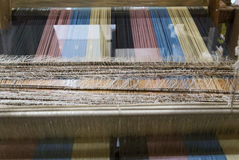 traditioneel om hand-wevend weefgetouw die worden gebruikt om doek te maken royalty-vrije stock afbeelding