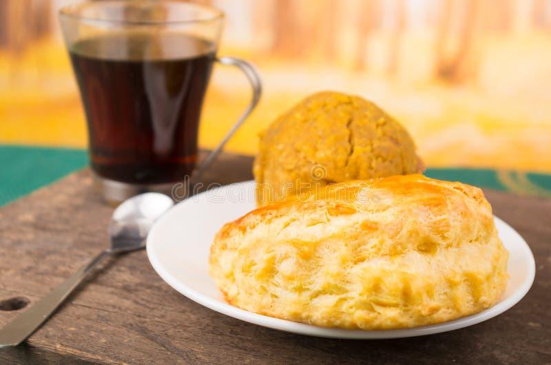 Traditioneel ontbijt van Ecuador, empanada y bolon met coffe stock afbeelding