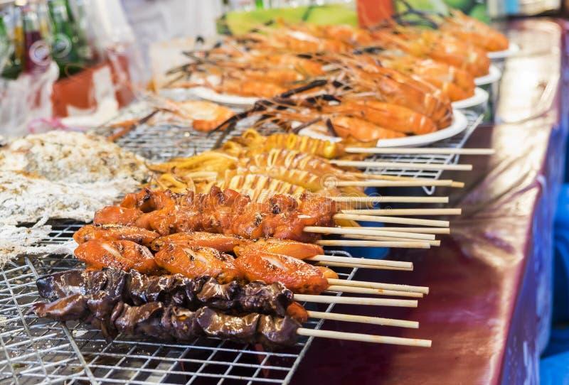 Traditioneel overzees voedsel in de straat van Thailand stock foto
