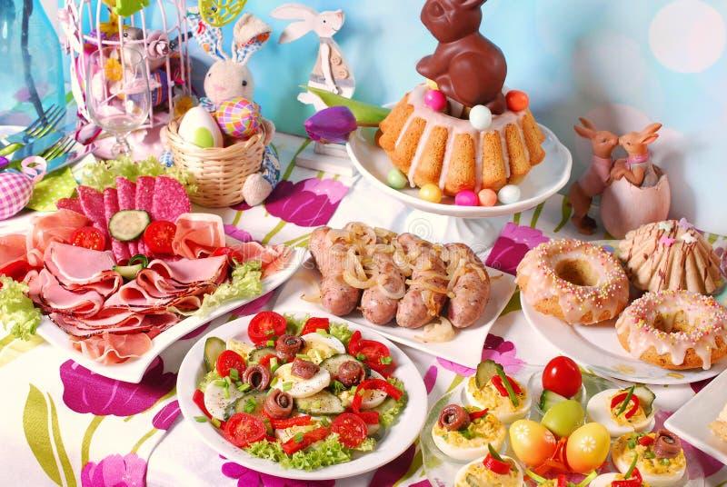 Traditioneel Pasen-ontbijt op feestelijke lijst royalty-vrije stock afbeeldingen