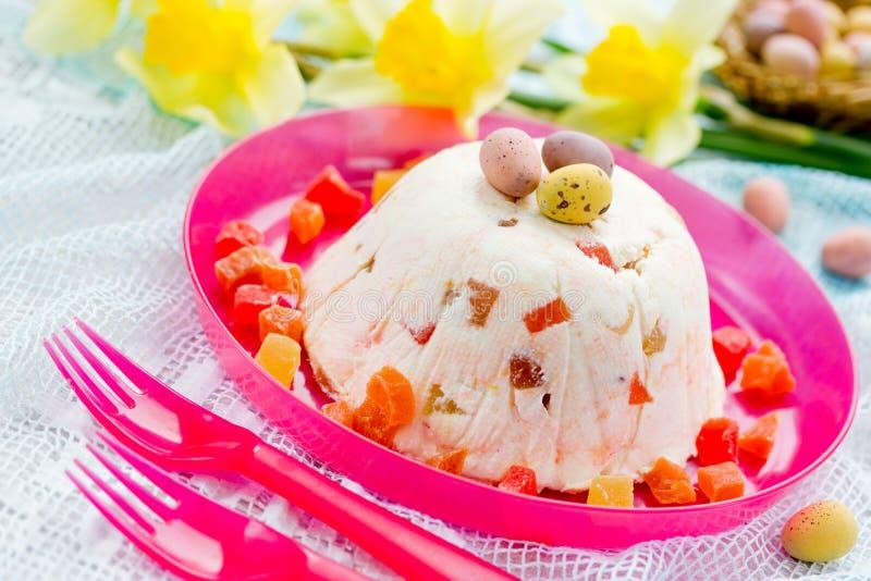 Traditioneel Pasen-quarkdessert met gekonfijte vrucht stock foto's