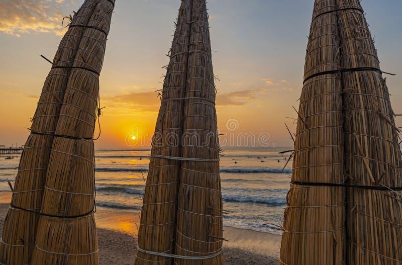 Traditioneel Reed Boats door de Vreedzame Oceaan, Peru stock foto