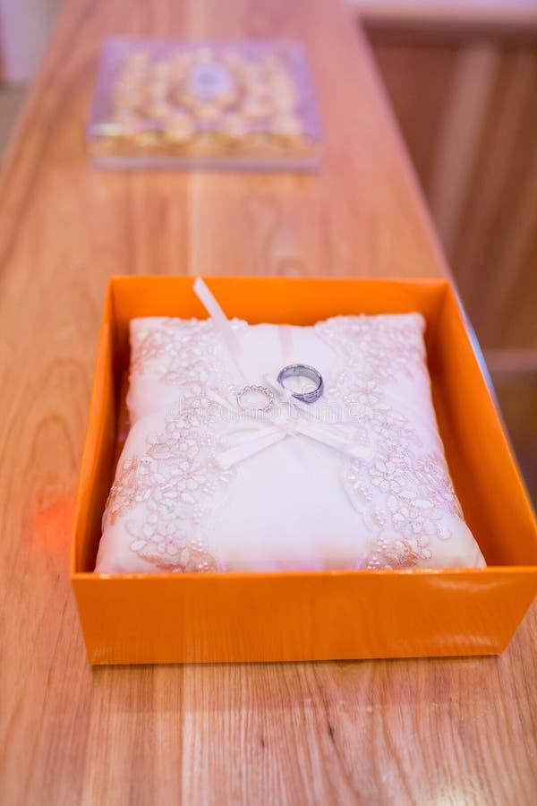Traditioneel Ringbearer-Hoofdkussen met Ringen royalty-vrije stock afbeelding