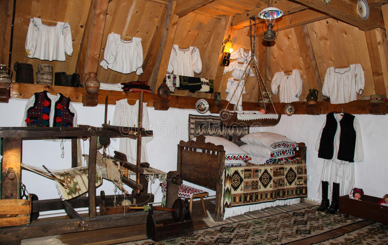 Traditioneel Roemeens huisbinnenland stock fotografie
