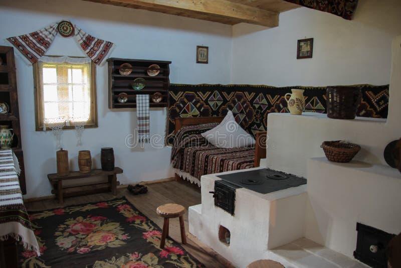 Traditioneel Roemeens huisbinnenland stock afbeeldingen