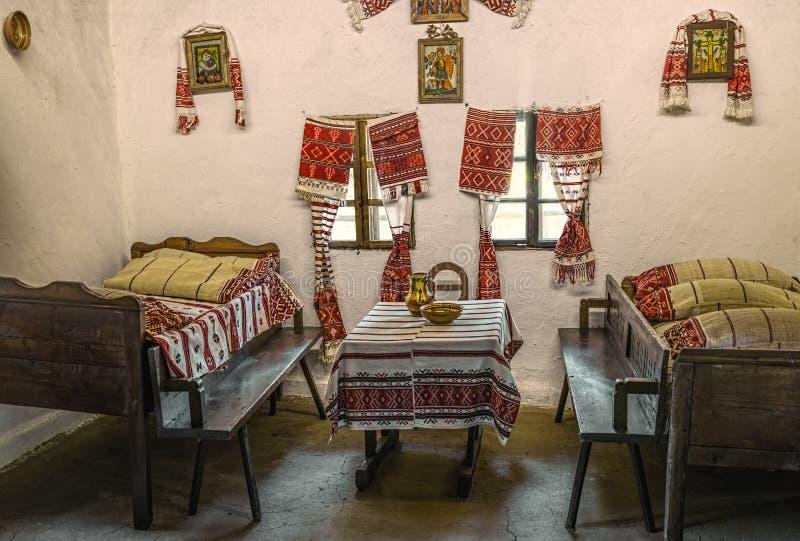 Traditioneel Roemeens volkshuisbinnenland stock afbeeldingen