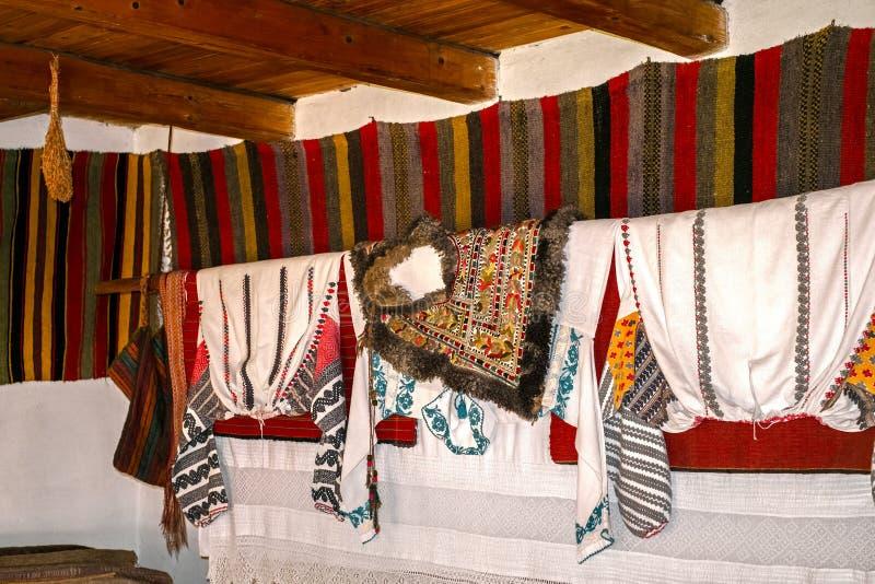 Traditioneel Roemeens volkshuisbinnenland met uitstekende decoratie stock afbeelding