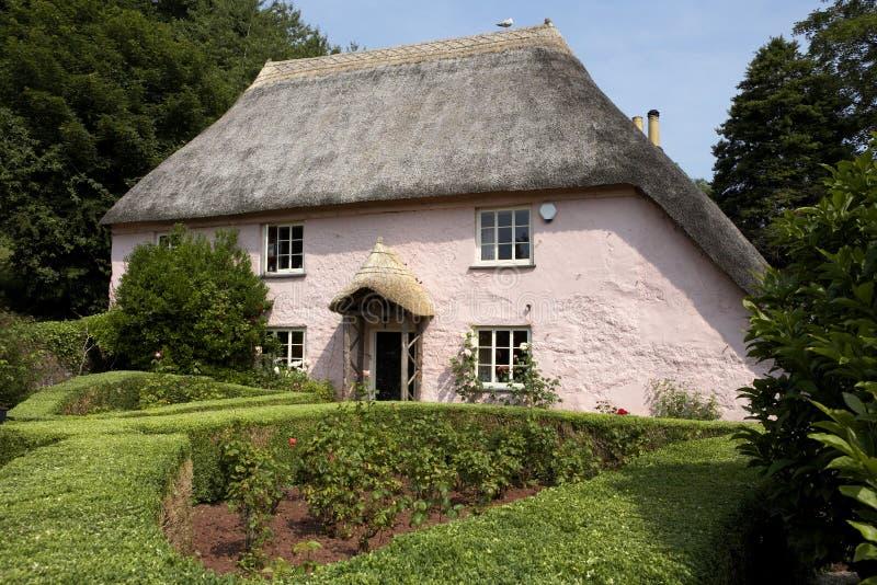 Traditioneel roze geschilderd Engels plattelandshuisje stock foto's
