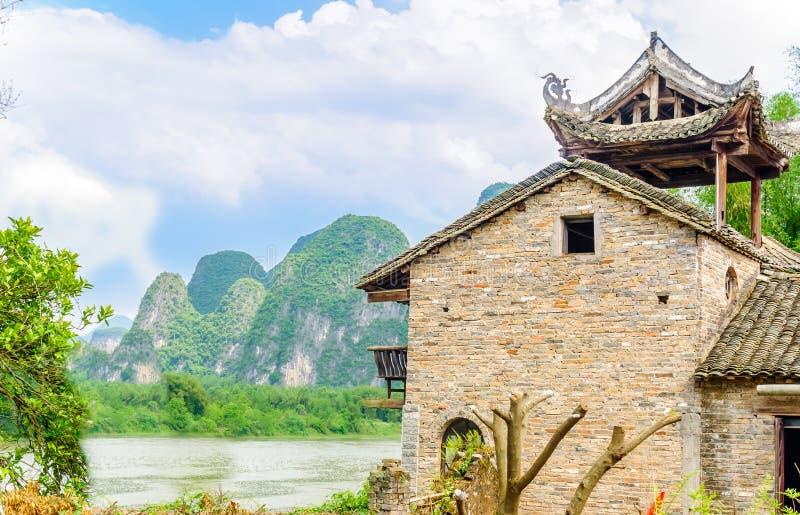 Traditioneel ruggegratenhuis in karst landschap door Yangshuo - China royalty-vrije stock afbeeldingen