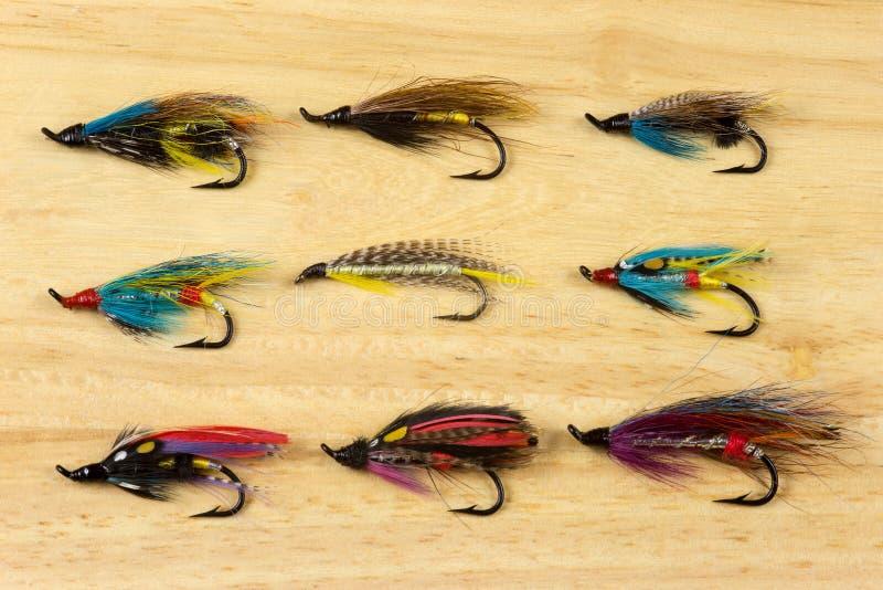 Traditioneel Salmon Fishing Flies op een Houten Achtergrond royalty-vrije stock foto's