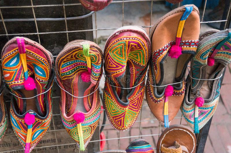 Traditioneel schoeisel van Nepal Lokale kunst en ambachtbox in Katmandu royalty-vrije stock afbeeldingen