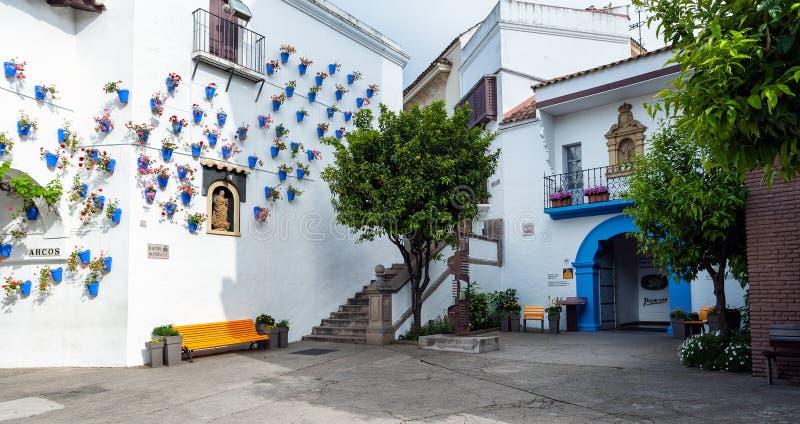 Traditioneel Spaans dorp met witte die muur met mooie blauwe bloempotten wordt verfraaid royalty-vrije stock foto's