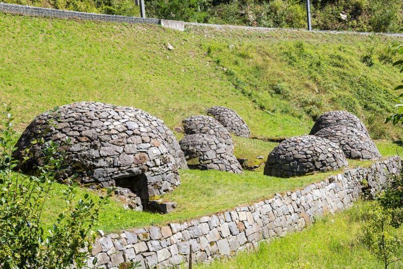 Traditioneel steenhol celler Crotti in Brusio, Zwitserland stock fotografie
