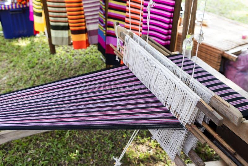 Traditioneel Thais stijl wevend die weefgetouw van hout wordt gemaakt royalty-vrije stock fotografie