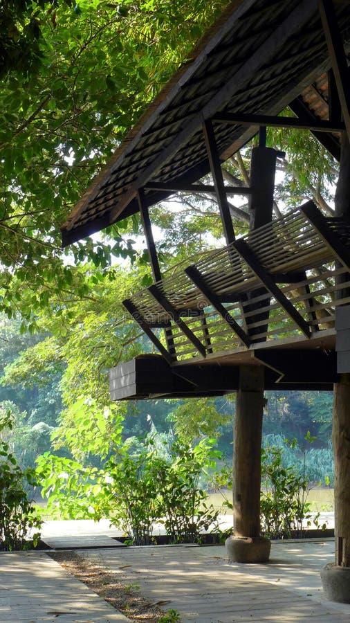 Traditioneel Thais stijlbalkon met riviermening stock foto's