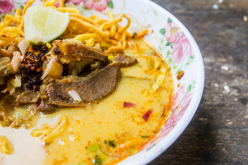 Traditioneel Thais voedsel, Khao-de soep van de sojanoedel op houten lijst stock afbeeldingen