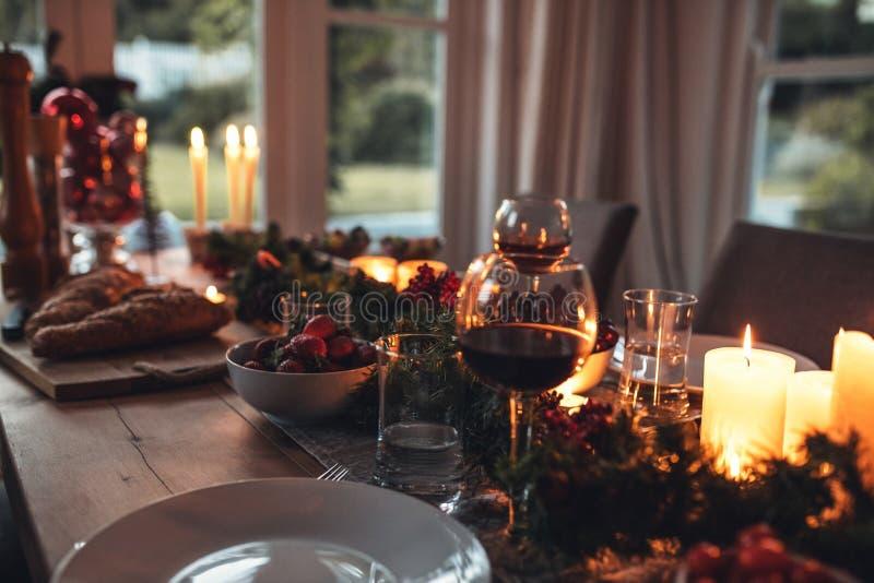Traditioneel verfraaide Kerstmislijst thuis royalty-vrije stock afbeeldingen