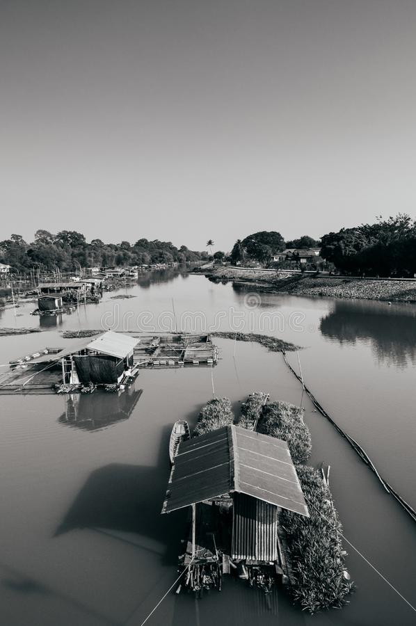Traditioneel vinatge lokaal drijvend huis of vlothuis in rivier, stock afbeeldingen