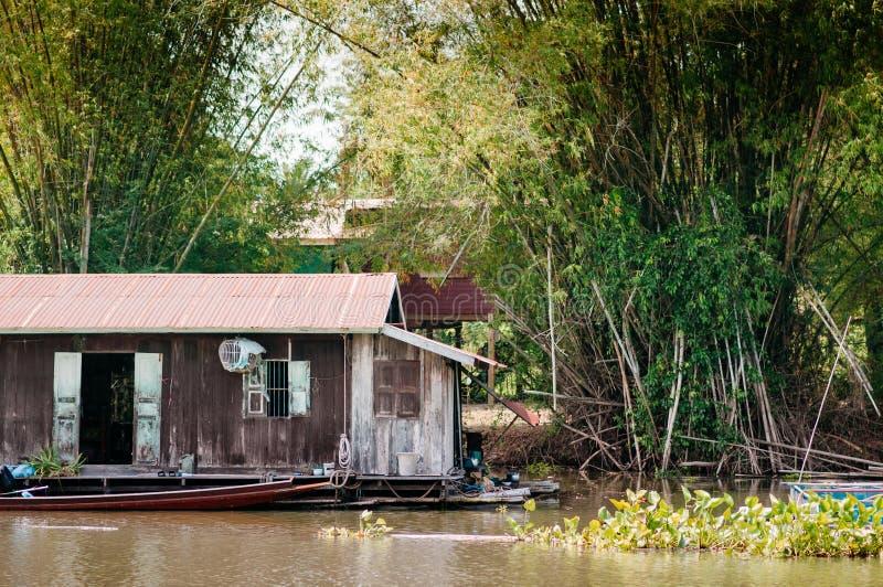 Traditioneel vinatge lokaal drijvend huis of vlothuis in rivier, stock foto