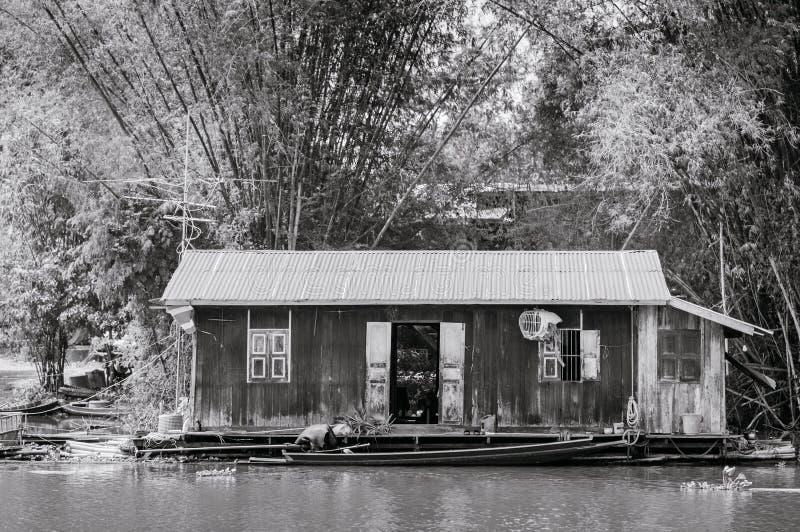 Traditioneel vinatge lokaal drijvend huis of vlothuis in rivier, royalty-vrije stock afbeelding