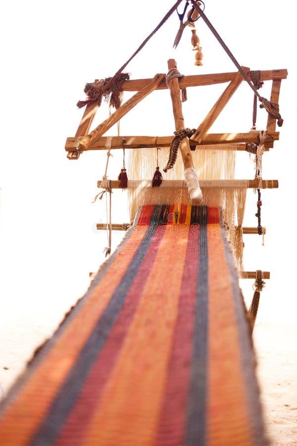 Traditioneel weefgetouw en homespun stof stock afbeelding