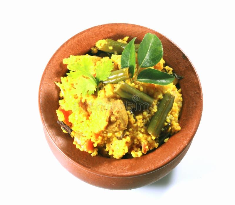 Traditioneel weinig plantaardige biryani van het gierst Indische voedsel in kleikom stock foto