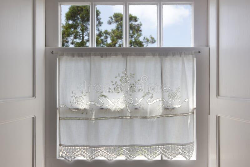 Traditioneel wit houten venster met hand - gemaakt gordijn stock afbeeldingen