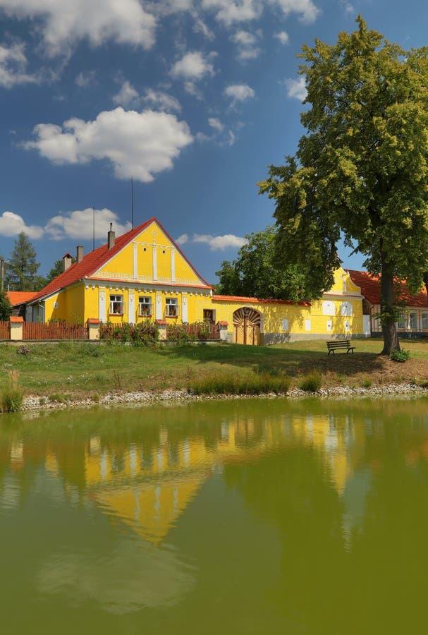 Traditioneel Zuiden Boheems plattelandshuisje stock afbeelding